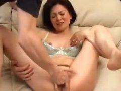 五十路の熟女お母さんとデカマラ息子の近親相姦エロ動画!