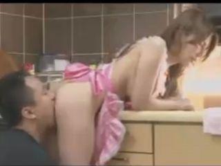 コスプレの定番!?裸エプロン姿の相澤リナちゃんがキッチンでイタズラされちゃう!