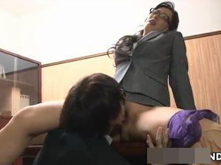 部下にクンニさせて仰け反り感じるエッチな女上司!