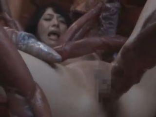 気持ち悪いのに快感で潮を吹く!何本もの触手の化物に身体とアソコを犯されてしまう美女!