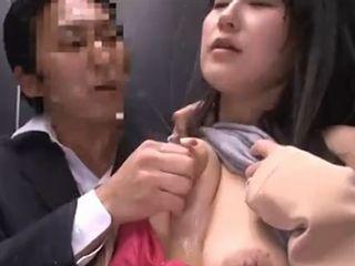 母乳炸裂!エレベーター内で痴漢される美女